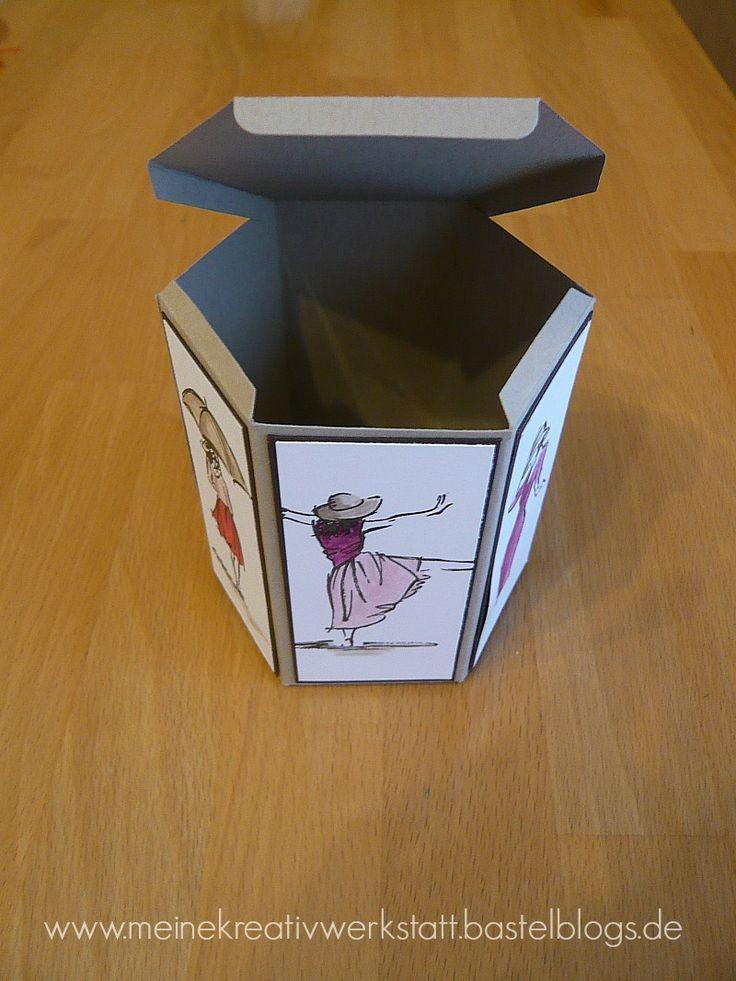 """Bei meinem heutigen Workshop hatte ich das Thema: """"Geschenkeset — Wir gestalten eine besondere Fensterschachtel und eine passende Karte dazu"""". Die Fensterschachtel hat mir im Frühjahrskatalog auf Anhieb gefallen. Diese habe ich bereits in einem Workshop vorgestellt.  Vor kurzem habe ich dann noch eine weitere Variante der Schachtel im Internet gefunden, die ich sofort […]"""