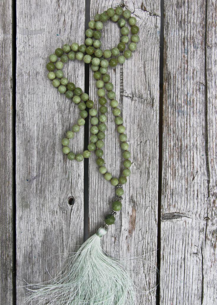 Collana di giada verde oliva di NORDeastHOME su Etsy