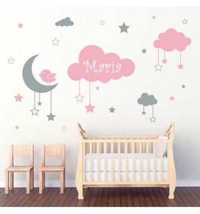 Vinilo barato decorativo infantil formado por nubes, estrellas colgando, luna y pajarito. Personalizable con el nombre del niño o niña.