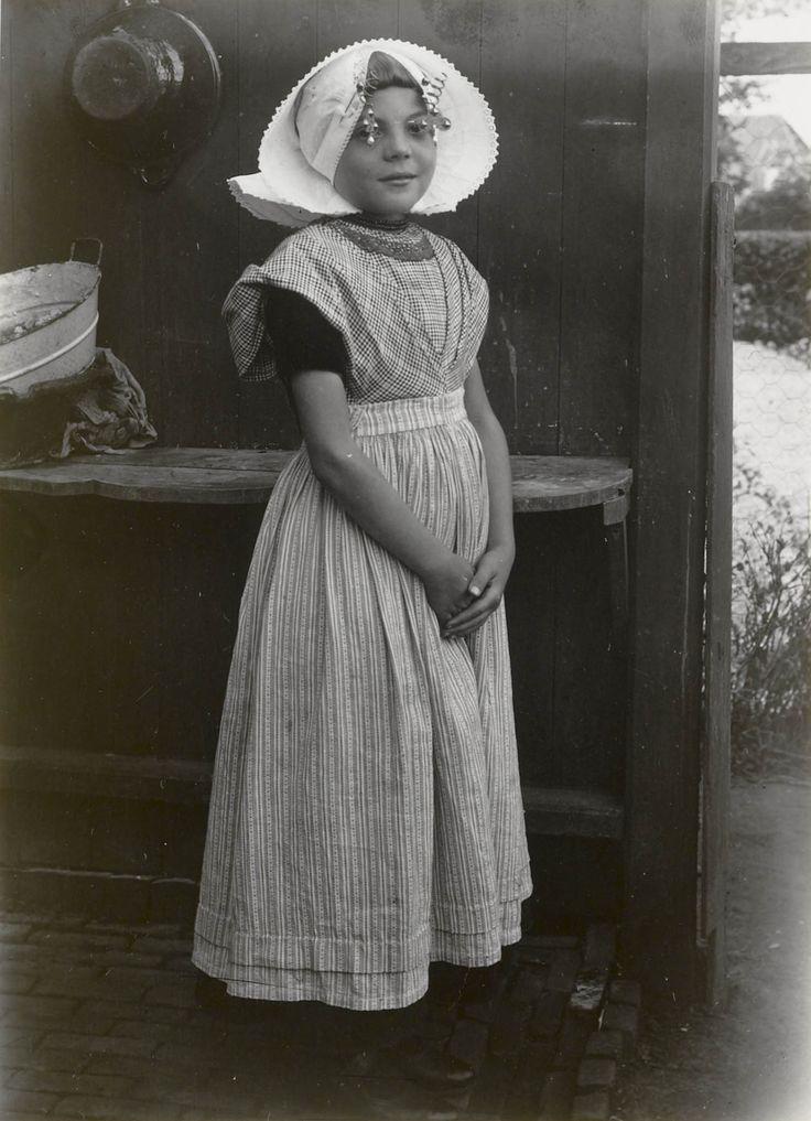Meisje in streekdracht uit Nieuw- en St. Joosland. Het meisje draagt opknapdracht. #NieuwStJoosland