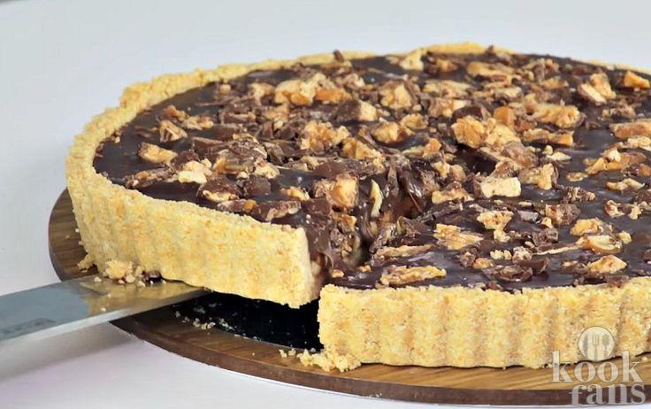 Snickers én taart is de hemel voor chocoladeliefhebbers   Wij zijn enorm fan van alles waar chocolade inzit. Schaamteloos kunnen we zo drie Snickers wegwerken en nog steeds zin hebben in deze lekkernij met pinda's. Voor iedereen die net als wij gek zijn op Snickers, komt dit recept voor Snickersta