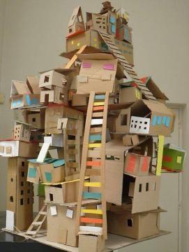 Cette oeuvre collective, intitulée La cité, fait partie des 22 oeuvres exposées à la médiathèque.