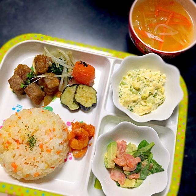 ⚫︎サイコロステーキ ⚫︎にんにくバターライス ⚫︎海老のケチャップ炒め ⚫︎ブロッコリーとタマゴのマヨ和え ⚫︎サーモンとアボカドのリーフサラダ - 12件のもぐもぐ - 子どもごはん by mamekoon