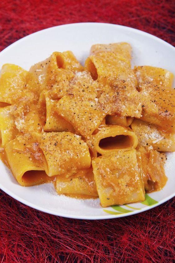 I paccheri ai pomodorini secchi e ricotta sono un piatto che si può preparare quando si ha fretta.