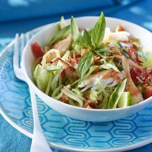 Plongez les tourteaux dans un faitout rempli d'eau froide salée. Dès l'ébullition, laissez cuire 15 min.Égouttezet décortiquez-les. Pelez les mangues et prélevez la chair. Hachez-la grossièrement et mettez-la dans un saladier avec les oignons pelés et émincés avec leur tige. Ajoutez la chair de crabe, sauf les pinces, le basilic rincé et effeuillé et les tomates cerise coupées en qu...