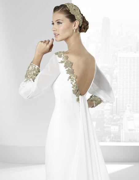 Vestidos de novia en gasa natural con decoración de cristales dorados.