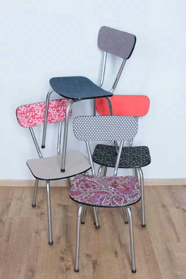 Assemblage de chaises en formica tout en couleurs...