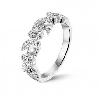 Witgouden diamanten alliance - Florale alliance in wit goud met kleine ronde diamanten