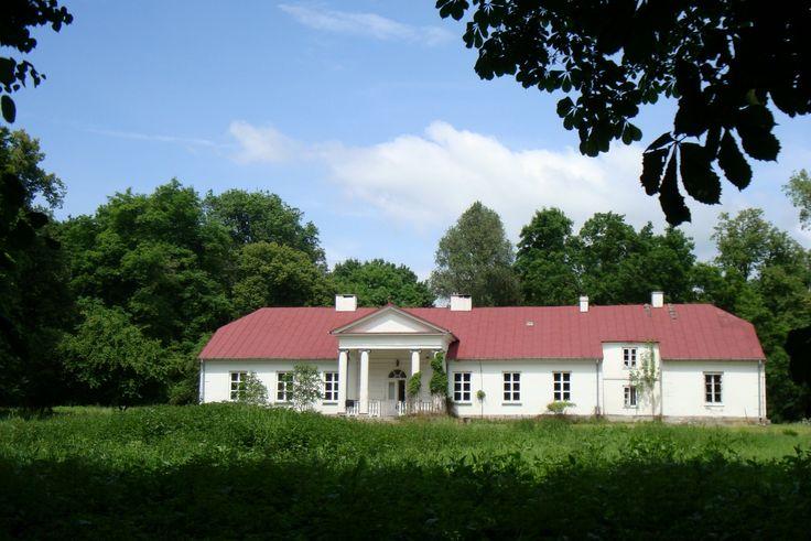 Dwór w Rytomoczydłach został wybudowany w I połowie XIX wieku dla rodziny Radzimińskich. Obecnie stanowi własność prywatną.