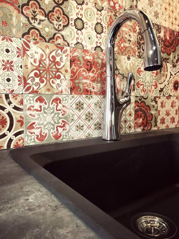 Quilt backsplash with a black kitchen sink. Dosseret de style courtepointe avec un évier noir.