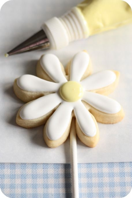 {Tutorial} Daisy Cookie Pops.  These would be cute as a bouquet for a shower. Just stick in styrofoam ball.
