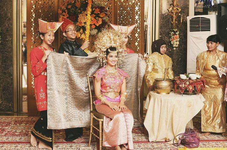 Malam bainai dengan baju tokah dari Buchyar, Jakarta - www.thebridedept.com