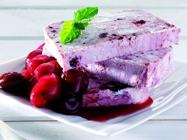 Semifreddo allo yogurt naturale con ciliegie (Natural yogurt parfait with cherries)