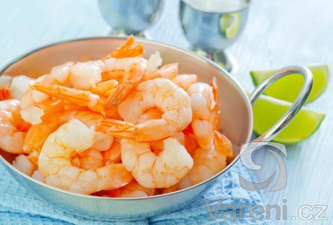 Zdravý salát z tygřích krevet, kousků pomeranče, čekanky a vlašských ořechů s jogurtovou zálivkou. Rychlý recept na chuťově dokonalý salát.