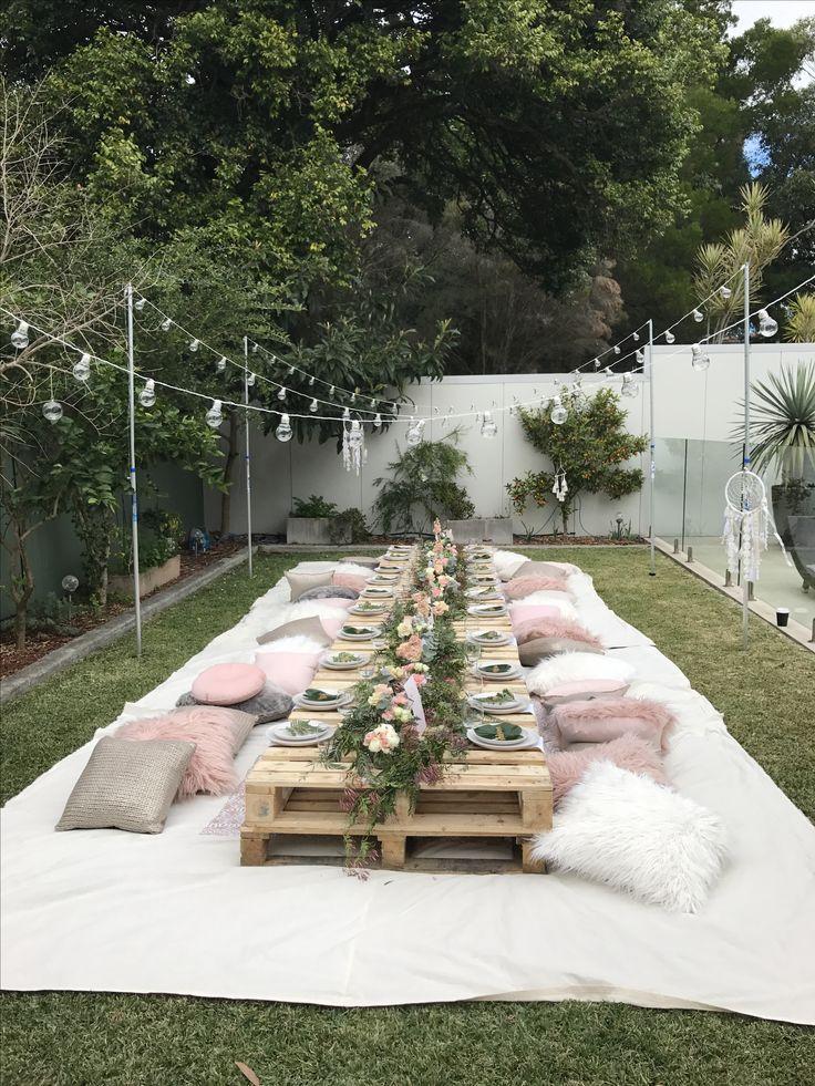 Bequem im Garten feiern. Hier können sich alle Gäste auf flauschigen Kissen ni…