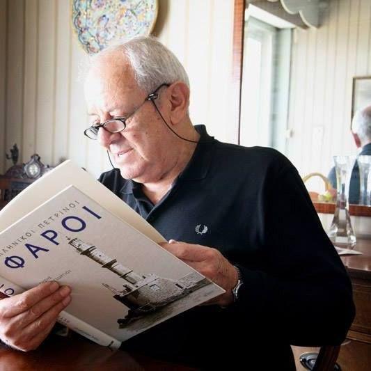 Ο κύριος της φωτογραφίας είναι ένας πολύ γνωστός και εξαιρετικός σκιτσογράφος. Όταν παραιτήθηκε από πλοίαρχος του Πολεμικού Ναυτικού, ασχολήθηκε με τη γελοιογραφία σε γνωστές εφημερίδες. Το λεύκωμα…