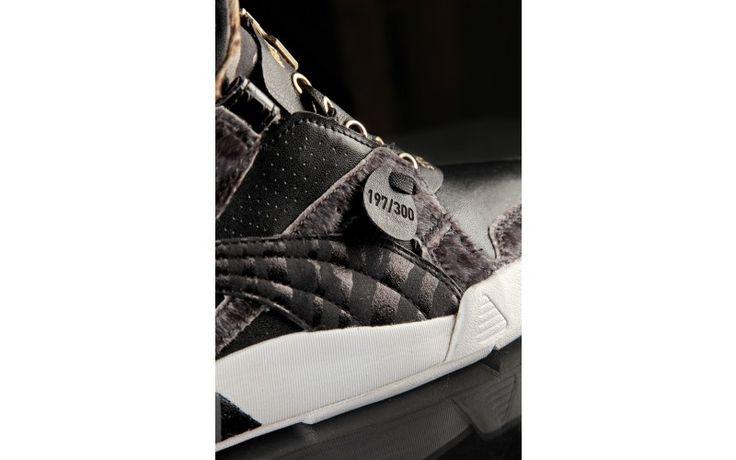 Prodotta in edizione limitata, in soli 300 esemplari tutti numerati con una speciale leather tag applicata a mano.