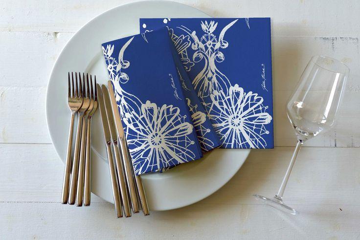 Dolce Vita -servetti, Duni. Jukka Rintalan suunnittelema kuvio koristaa sinisenä  kauniisti vaikka hääpöytää.