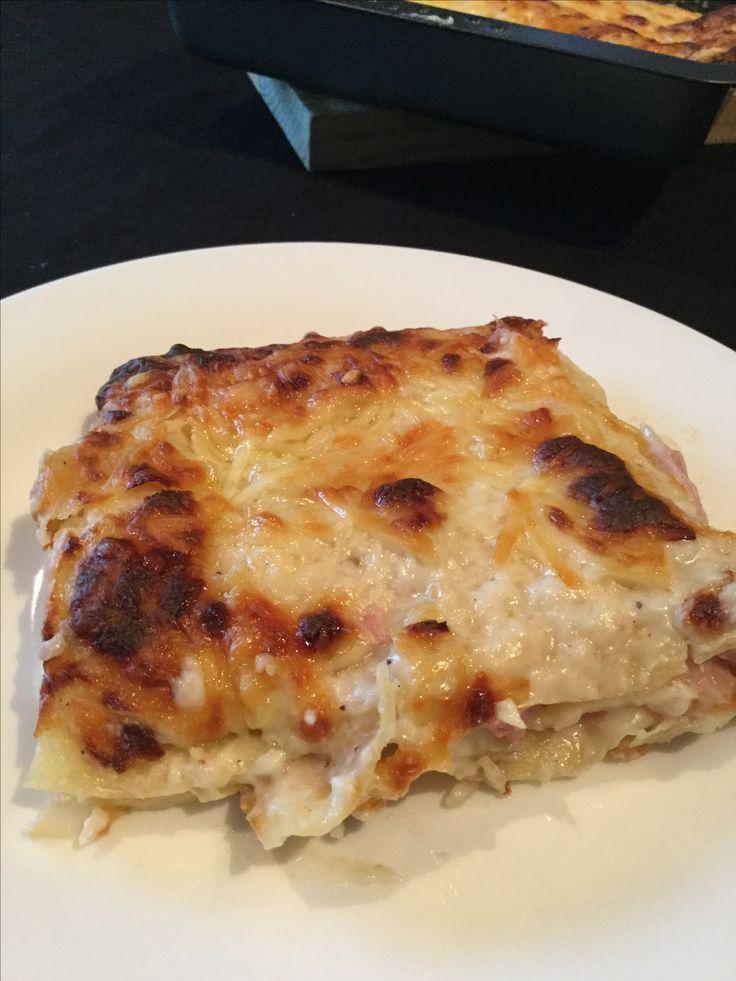 Lasagne van witloof met ham en kaas. Maak een bechamelsaus door boter te smelten en evenveel bloem toe te voegen. Laat even bakken tot het naar koekjes ruikt en giet er nu koude melk over tot je een gladde saus hebt. Roer er je fijngesneden ham en een handvol kaas doorheen alsook, zout,peper en nootmuskaat. Leg voorgekookte lasagnevellen in je schotel, daarop je saus, terug pastavel, saus, pasta, en eindig met saus. Werk af met geraspte kaas. En plaats 20 min in de oven. gratineren…