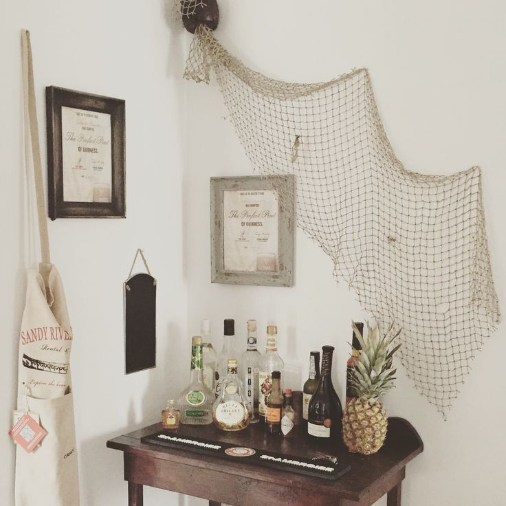 For a perfect beach bar, you'll need a fishing net, some bottles of different alcohols and a pineapple ! #caterine4 #inspiration #home #bar