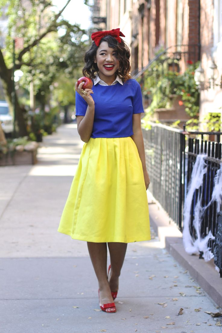 Easy Do It Yourself Snow White Halloween Costume - via ColorMeCourtney.com #DIY #Halloween #costume #snowwhite