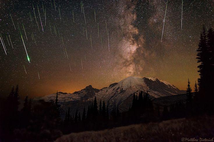 Las perseidas, una lluvia de meteoros, sobre el Parque Nacional del Monte Rainier.