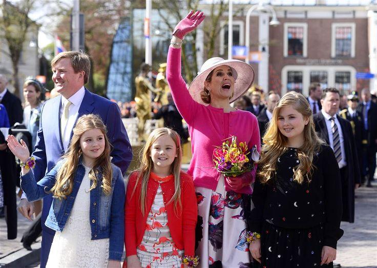 """Op het moment van aankomst van het koninklijk gezelschap in Zwolle scheen zowaar de zon tussen de wolken. Bij het bezoek is er ook een 'parapluplan', zei burgemeester Henk Jan Meijer tegen de NOS. """"Paraplu's worden onopvallend meegevoerd en komen binnen een oogwenk tevoorschijn indien nodig.''"""