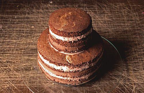 Tort z kremem czekoladowym i jeżynowym.