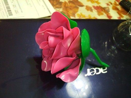 Rosa con cucchiai di plastica.