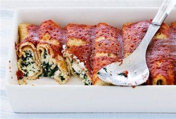 Hartige pannenkoeken met spinazie, ricotta en verse tomatensaus