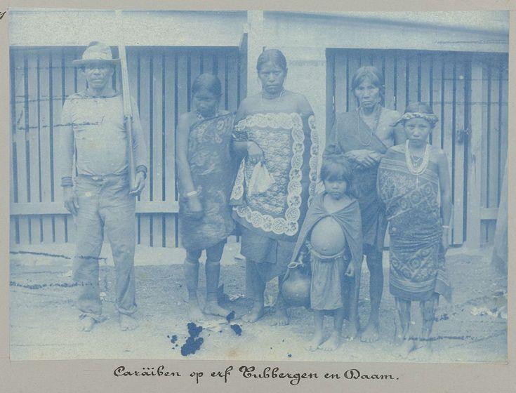 anoniem | Caräiben op erf Tubbergen en Daam, attributed to Hendrik Dooyer, 1906 - 1913 | Een groep poserende Surinaamse Indiaanse Karaïben; vijf vrouwen en een man. Volgens het opschrift is de foto genomen op het erf van Tubbergen en Daam. Onderdeel van het fotoalbum Souvenir de Voyage (deel 4), over het leven van de familie Dooyer in en rond de plantage Ma Retraite in Suriname in de jaren 1906-1913.