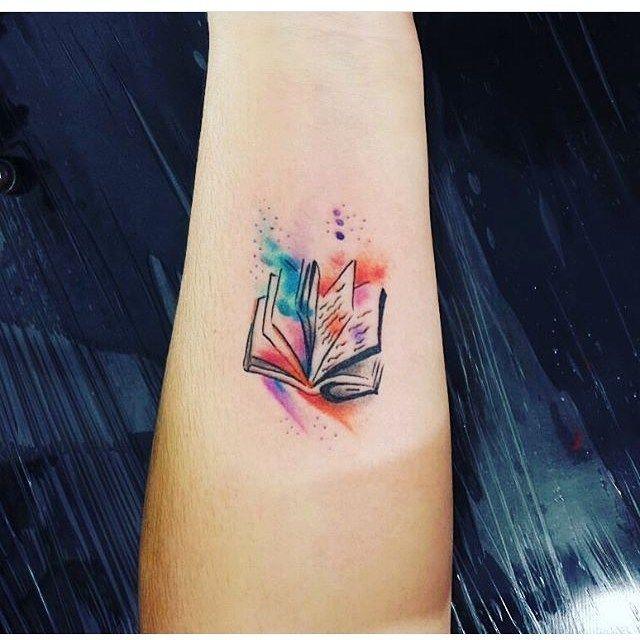 51 Gorgeous Tattoo Ideas For Booklovers | Tatuagens coloridas pequenas, Tatuagens literárias, Tatuagem