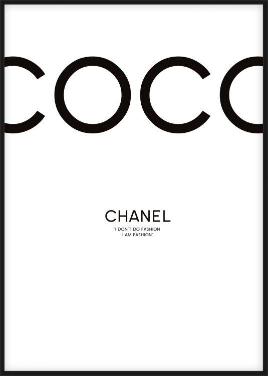 Chanel tavla med citat från Coco Chanel, I dont do fashion, I am fashion. Trendig och stilren modetavla i fashion stil. Stort utbud av prints och affischermed mode och fashon motiv och citat på desenio.se.