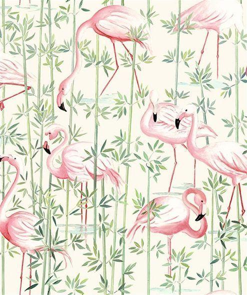 Esprit exotique pour cette toile de coton imprimée à la tendance estivale. Les tiges de bambou apportent un rythme vertical tandis que les flamants roses se cachent dans la végétation.