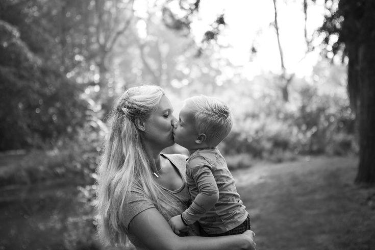 Alhoewel hij het niet graag zou toegeven,  Nathan houdt erg veel van zijn mama. Toch slaagt hij er niet in een 'voorbeeldige' zoon te zijn. Alleen al door in contact te komen met de arm der wet laat hij dat zien en dat is nog niet alles... Sommigen noemen hem een  moederskindje en dit kan hij alles behalve verdragen.