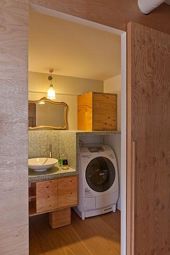 洗濯機の上にも台と収納を作って、スペースを有効活用。