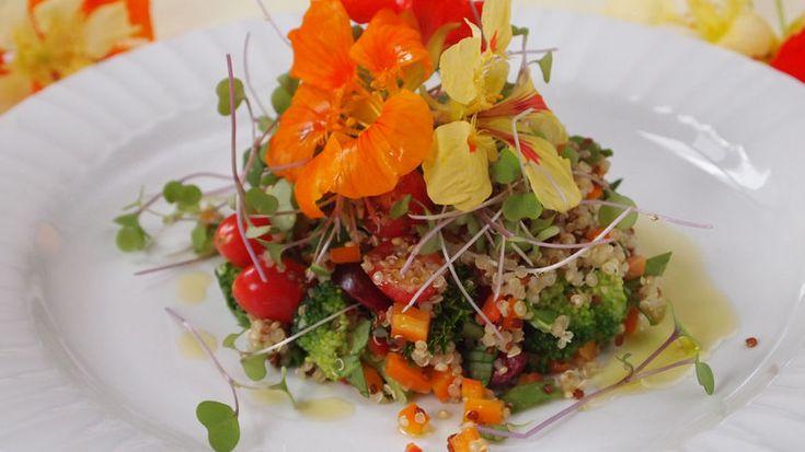 Cuando se trata de ensaladas, nada se compara con la textura que agrega la quinoa y la belleza que se logra con unos delicados y coloridos pétalos de flores. Antes de usarlos, hay que estar seguros de que las flores no hayan sido rociadas con pesticidas.