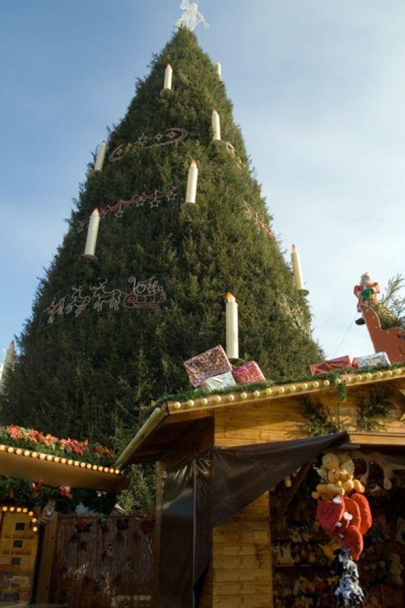 Die schönsten Weihnachtsmärkte Deutschlands: Dortmunder Weihnachtsmarkt  Hier steppt der Bär: Der 114. Dortmunder Weihnachtsmarkt mit rund 300 Ständen ist einer der größten in Deutschland. Hier finden Sie alles, was Ihr Weihnachts-Herz höher schlagen lässt: von außergewöhnlichem Spielzeug über Handwerksarbeiten bis hin zu wunderschöner Weihnachtsdeko. Mit einem typischen Dortmunder Glühwein in der Hand lässt es sich prima bummeln. Anschließend gibt's noch eine weitere Spezialität: einen…