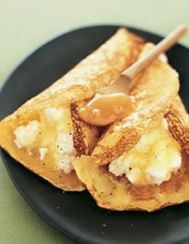 Crespelle con formaggio e miele.