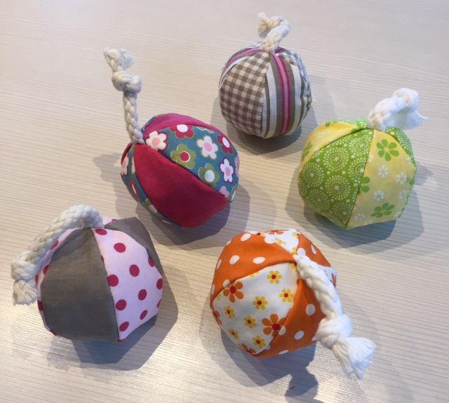Spielbälle mit oder ohne Baumwollkordel, Füllung aus Dinkelspreu, Katzenminze und/oder Baldrian