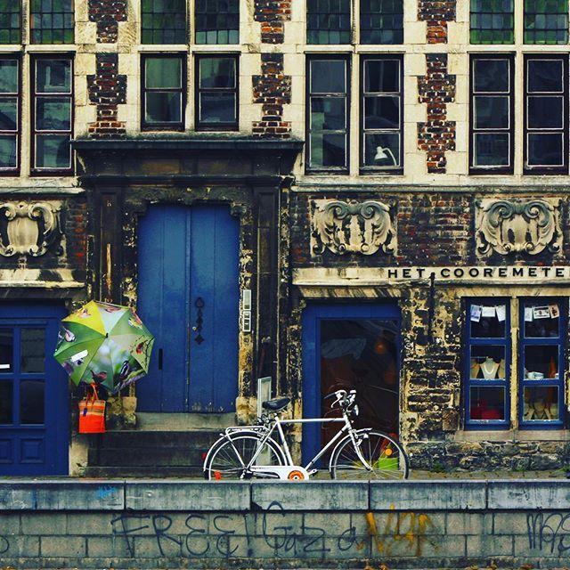 Sorprendente Gent! Shoot by La Ciudad al Instante ©  #gent #belgium #europe #architecturephotography #fachadas #photostreet #streetphotography #architecture #arquitectura #facade #rsa_windows #communityfirst #instagram