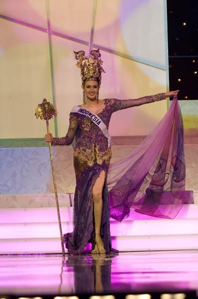 "Miss Indonesia Universe 2006 wearing Javanese Style Kebaya at Miss Universe 2006, The ""theme"" is Ratu Kencono Wungu."