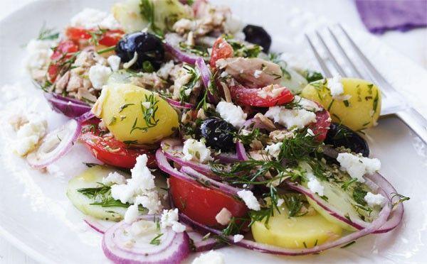 Opskrift på sprød græsk salat med kartofler og tun
