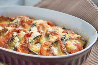 Das Melanzani Auflauf mit Parmesan und Petersilie Rezept ist eine fleischlose aber dennoch nahrhafte Mahlzeit.