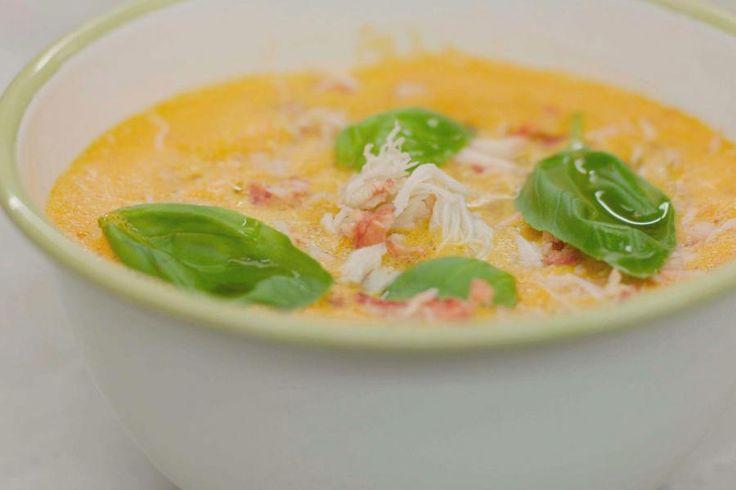 27 oktober Tomatensoep Eet ze puur, met vleesballetjes of doe eens eigenzinnig en serveer ze met krab en verse basilicum. Alles begint met een soepkip, de smaakmaker voor een verse kippenbouillon. Haal een forse hoeveelheid tomaten in huis – hoe rijper hoe beter – en een blikje krabvlees. Wat groenten, kruiden, specerijen en de oven doen de rest.Onhoud wel: Geduld is een schone deugd. Je oven maakt overuren, maar het verhaal ein...