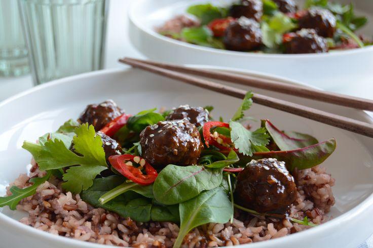 Asiatiske Kjøttboller Med Spicy Hoisinsaus. Dette er en kinesisk inspirert oppskrift som er veldig populært hjemme hos oss og som også kan være familievennlig! Disse enkle kjøttbollene medspicy hoisinsaus inneholderasiatisk ingredienser somingefær, hvitløk og chili.