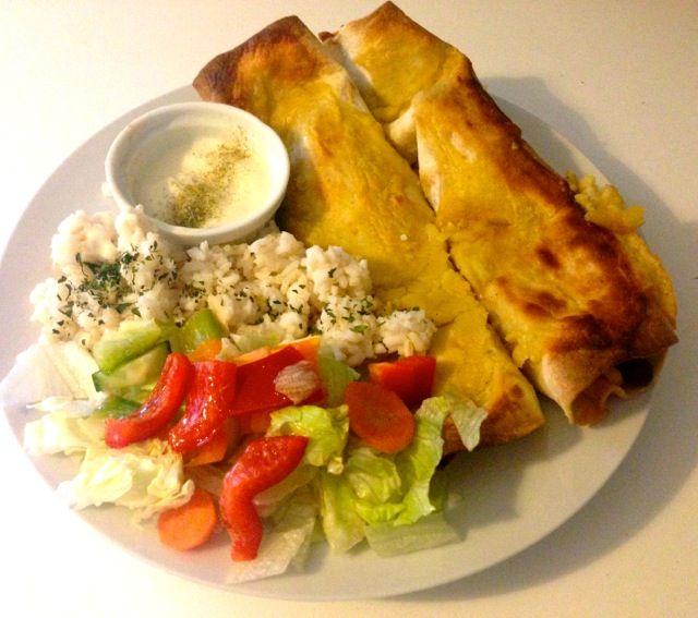 Enchiladas mit Reis und Salat