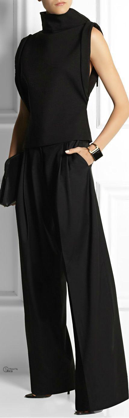 Pantalone a zampa di elefante con pince in vita, di colore nero.