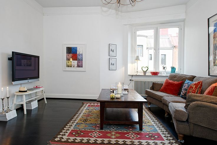 В отличии от классического оформления в скандинавском стиле, в данной резиденции присутствует «изюминка». На смену светлому полу пришла темная древесина, а белый цвет стен сохранен лишь в гостиной и кухне. Прихожая и спальня удивляют спокойной отделкой в серо-зеленой гамме. Традиционные яркие акценты остались неизменные и присутствуют повсеместно. Именно отступление от колористической палитры делает апартаменты столь интересными и запоминающимися, более теплыми и уютными.