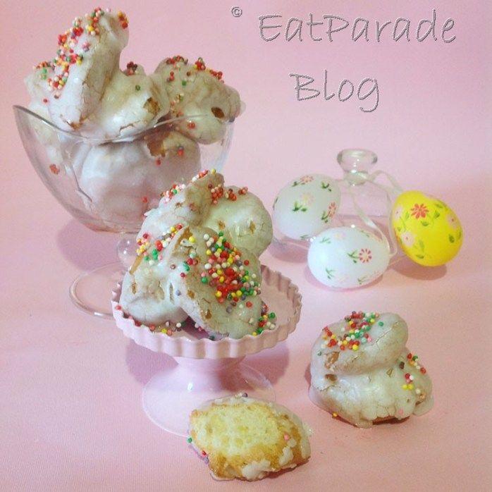 I ginetti sono dei dolcetti calabresi a forma di ciambelline, ricoperti di glassa e tipici del periodo pasquale. Friabili e golosi, aromatizzati all'anice